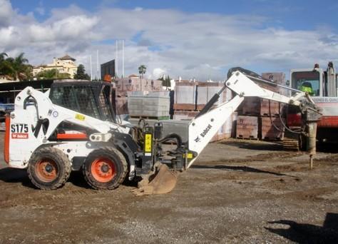Máquina Bobcat con martillo