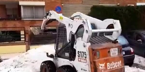 Ayudando tras la granizada de Málaga